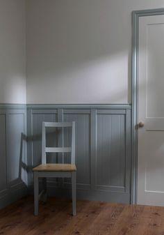 peinture gris clair et soubassement mural en bois gris pour mettre en valeur les murs