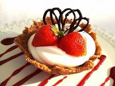 Cestini croccanti con mousse allo yogurt e fragole  http://blog.ecquobottega.it/2013/08/festeggiamo-lestate/