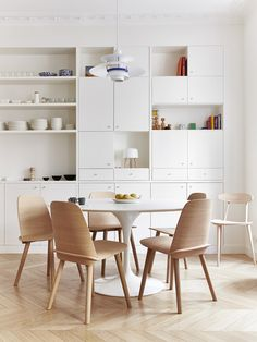 some open and some closed - brilliant - Small dining area in a Paris kitchen by A+B KASHA. Photo by Idha Lindhag. Small Dining, Round Dining Table, Dining Chairs, Dining Area, Dining Rooms, Dining Room Furniture, Paris Kitchen, Kitchen Dining, Mid-century Modern
