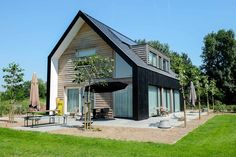 Eigentijdse woning van hout met veel daglicht – Mensink Bouwbedrijf Long House, My House, Style At Home, Coffee Shop Interior Design, Modern Barn House, Garage Exterior, Beautiful House Plans, Build Your Own House, Timber Frame Homes