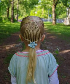 "730 curtidas, 34 comentários - Hilde (@studiohilde) no Instagram: ""Microbraids braided into dutch braids into a ponytail . Cute bow from @tuppene . . . . . #braid…"""