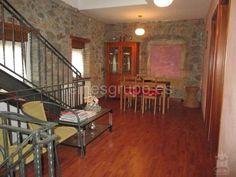 En entorno rural y cercano a Avilés, casa de 2 dormitorios, salón con chimenea, garaje, trastero y finca de 1.000 m2 por el fantástico precio de 155.000 €