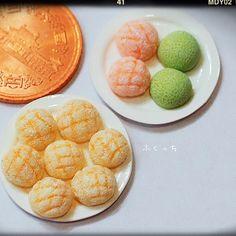 ・ ・ メロンパン ・ 後ろは 夕張メロンパン 苺メロンパン ・ ・ 直径8mm程度 ・ ・ #ミニチュア #ミニチュアフード #miniature #ハンドメイド #パン #メロンパン