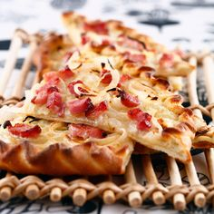 Découvrez la recette La Flammenkuche alsacienne sur cuisineactuelle.fr.