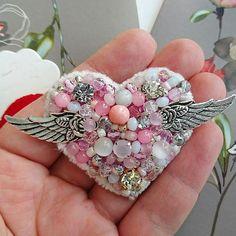 Regrann from @broshki_fishki - Завтра праздник всех влюблённых. А у меня - милейшее сердечко! Нежное-нежное, воздушное и немножко волшебное: обязательно подарит счастье своей обладательнице. :) Бисер, кристаллы, хрусталь, агат, сахарный кварц, кошачий глаз, синель, металлическая фурнитура. Ширина с крыльями 7см Изнанка экокожа Цена 1800 рублей. В наличии! - #regrann