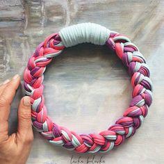 Se inspirem nas idéias! #colar com fio de malha. Um #luxo Da @lavka_bulavka #instacrochet #inspiration #crochet #craft #artesanato #fiodemalha #handmade #feitoamão #lovecraft #crochetlove by _nataliasalgado