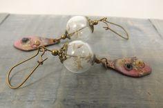 Boucles d'oreilles rustiques et modernes, globe en verre, fleurs pissenlit, plaque cuivre émaillée rose : Boucles d'oreille par long-nathalie