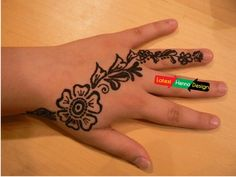 Simple Diagonal Mehndi Design:  Diagonal mehndi designs one of the most practiced and common henna design for each age. Childs only persist in drawing on their hand but always in hurry to washed out hands to do other stuff.  http://www.latesthennadesigns.com/2017/05/15-simple-mehndi-designs-for-kids.html  #henna #hennadesigns #hennaforkids #forlove #forkids #mehndi #mehndidesigns