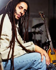 Julian Marley, born June 1975 in England to Lucy Pounder. He is a singer, songwriter and producer with three albums under his belt. Bob Marley Kids, Reggae Bob Marley, Marley Family, Julian Marley, Stephen Marley, Dancehall Reggae, Reggae Music, Marley Brothers, Bob Marley Pictures