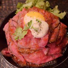 東京・高田馬場『レッドロック』の「ローストビーフ丼」(大盛り)  丼全面に隙間なくローストビーフが敷き詰められており、そのトップオブマウンテンには黄色い卵黄と白いマヨネーズ、3色のコントラストが非常に美しい。  そして、ビーフをかき分けるとその向こうにご飯の白がかすかに顔を覗かせている。いまだかつて、これほどまでに配色の美しい丼があっただろうか?  ビーフを1枚口に放り込むと、肉の甘さとタレの酸味が手に手を取り合って、口中で至福の鐘を打ち鳴らしている。ウマし!  たった1枚の肉切れで、これほどまでに幸せな気持ちになれるとは。その幸せの肉はまだまだ大量に丼の上に鎮座している。幸せである!  #男飯 #グルメ #飯テロ #デブ活 #美味 #激ウマ #絶品 #外食 #肉 #お肉 #お肉ランチ #お肉好き #お肉最高 #お肉おいしい #ローストビーフ #ローストビーフ丼 #どんぶり #丼 #丼物 #ドンブリ #高田馬場 #japanesecuisine #japaneserestaurant #japanesefood #japan #instagramjapan…