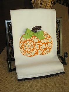 Pinned this once to sewing but now need to pin it to fall so I don't forget to make hand towels! Could also make it into a t-shirt for the kids. Fall Halloween, Halloween Crafts, Fall Crafts, Holiday Crafts, Sewing Crafts, Sewing Projects, Fabric Crafts, Pumpkin Applique, Fall Applique