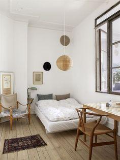 I Karen Majs och Askes sovrum står ett skrivbord som konstnären Nansy Munford har behandlat med bladguld och lack. Y-stol i design av Wegner. Till vänster en gammal safaristol av Kåre Klint. Lamporna är inköpta på franska loppmarknader. Fårskinn från Another ballroom.