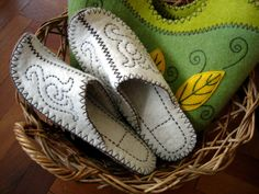 felt slippers, whish i knew how to felt those ones...
