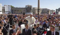 Todos los miércoles por la mañana, el papa Francisco I realiza las audiencias públicas en la Basílica de San Pedro.