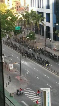 abril 1. Reporta @MariannitaG: Contingente de la GNB se desplaza hacia Chacao.  5:15pm 1A pm pic.twitter.com/ExAQyY578t