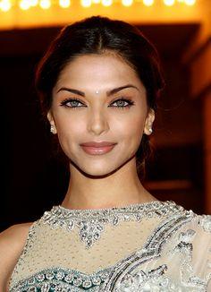 Base: Deepika Padukone Eyes: Aishwarya Rai Nose: Bipasha Basu Mouth: Deepika Padukone