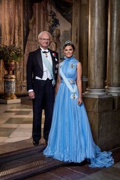 Royal Family Around the World: Princess Estelle with mother Crown Princess Victoria and grandfather King Carl Gustaf of Sweden pose in a new portrait taken in December celebrates 200 years of the Swedish monarchy - February 2018 Princess Victoria Of Sweden, Crown Princess Victoria, Charlotte Casiraghi, Prince Héritier, Victoria Fashion, Swedish Royalty, Casa Real, Blue Gown, Princesa Diana