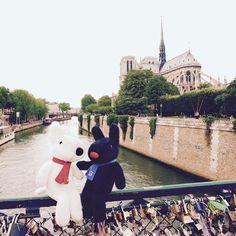 5/18今日のリサとガスパール http://parismag.jp/ #ノートルダムの鐘が聞こえる? #Sanctuaire de Notre-Dame #ポンデザール #Pont des Arts #セーヌ川 #La seine #PARISmag #paris #パリ #France #フランス #パリの住人 #リサとガスパール #GaspardetLisa
