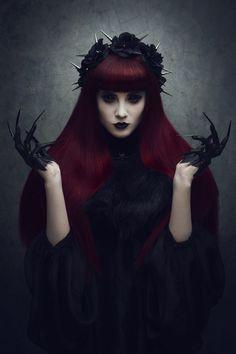 la grande déesse sombre est l'ensemble de toutes les déesses sombre , Hécate , Morrighan , Masha ,Lilith ,.Elle redoutable inquiétante mais aussi passionnante, si on est insolant a son égard qu'on lui manque de respect ou qu'on la provoque elle nous attend au tournant , mais si nous lui prêtons fois ,elle usera de ses sombres pouvoir pour écarter nos ennemis  bannir tout les problèmes de nos vies ....Bénie soit elle
