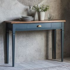 35 Stylish Console Table Design Ideas You Must Have - Many people today are confused when they think of the furniture term console table. In the past, consoles or hall tables were largely used as a decora. Couch Table, Table And Chair Sets, Dining Chair, Dining Room, Painted Furniture, Home Furniture, Design Furniture, Furniture Plans, Wooden Console Table