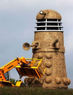 Snugbury's ice-cream shop in Nantwich, Cheshire have created a Dalek from six tons of straw, and five tons of steel.my husband sent me this earlier because it also looks like the Dalek is getting a BJ. Dr Who, A Field In England, Straw Sculpture, Don't Blink, Dalek, Torchwood, Time Lords, Grand Tour, Superwholock
