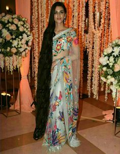 The vivacious Kriti Sanon, known for her dashing good looks and photogenic face decided to stun everyone at her best friend, Ayushman Khurrana's birthda. Kriti Sanon stuns everyone at the party! Very Long Hair, Braids For Long Hair, Beautiful Long Hair, Gorgeous Hair, Long Indian Hair, Floral Print Sarees, Long Hair Video, Ash Blonde Hair, Indian Hairstyles