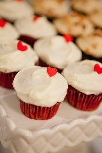 love cupcakes. Red wedding decor. @uncuentodeboda