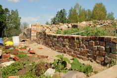 Olgan kotona   tiilistä murattu aita