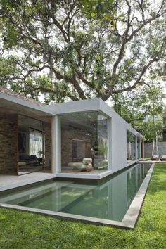 This time We would like to show you a cool and outstanding idea for a Modern Bungalow Design. You can adapt this idea for your tiny house . Design Exterior, Interior And Exterior, Room Interior, Modern Interior, Swimming Pool Designs, Swimming Pools, Lap Pools, Swimming Pool House, Architecture Design