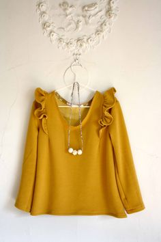 not the right color for me, but like the shoulder details and relaxed hemline Coin Couture, Couture Sewing, Casual Work Outfits, Girl Outfits, Hijab Fashion, Fashion Outfits, Diy Clothes, Clothes For Women, Sewing Blouses