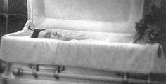 Elvis Presley Coffin - 1977 at graceland entrance to the music room . National Enquirer, Post Mortem, Young Elvis, Celebrity Deaths, Lisa Marie Presley, Coron, After Life, Graceland