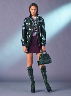 Versace Pre-Fall 2017 Fashion Show Collection Versace Fashion, Big Fashion, Fashion Week, Fashion 2017, Latest Fashion Trends, Fashion Show, Trending Fashion, Luxury Fashion, Milan