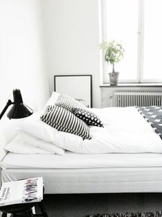 A good minimalist home decoration will make your minimalist feels more comfortable. This decoration is perfect for you who live in a small home or in an apartment. Most of the minimalist home decorati Minimalist Interior, Minimalist Bedroom, Minimalist Home, Monochrome Bedroom, Bedroom Black, Modern Bedroom, White Bedrooms, Retro Bedrooms, Neutral Bedrooms