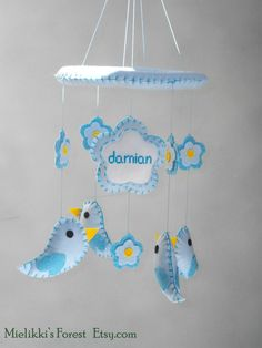 Giostrina per bimbo con fiori uccellini e nome di MielikkisForest