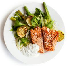 Paahdettu lohi, pinaattilisäke ja tillijogurttikastike - Reseptit - ME NAISET Party Platters, My Cookbook, Smoked Salmon, Nutritional Supplements, Cabbage, Frozen, Salad, Beef, Vegetables