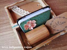 Tres Tulipanes Rojos: Regalo especial para Mica; Caja de madera pintada a mano estilo vintage con sello de caucho personalizado, almohadilla de tinta negra y tags de papel kraft.