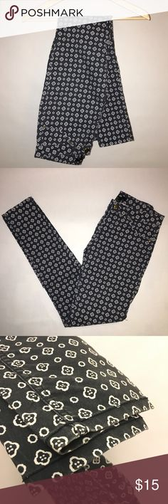 """H&M quatrefoil patterned skinny pants/leggings H&M charcoal black/grey and white quatrefoil patterned skinny pants/leggings. Size 8  5 pocket, Button fly and zip front . Mid-rise.  Still have a starchy feel to them. Excellent condition!  Measurements: Waist flat across is 14"""" (plus some extra stretch!) Front rise 9"""" Leg inseam 28.5"""" H&M Pants Skinny"""