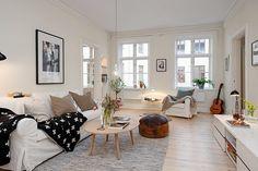 Sala de estar escadinava! Mas se tem uma coisa que a gente adora nos apês minimalistas da Escandinávia é a famosa estampa de cruz.