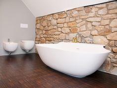 Italienisches Baddesign mit Bruchsteinwänden