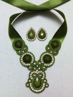 Juego Collar Soutache con Zarcillos en verde oliva Tassel Jewelry, Bead Jewellery, Fabric Jewelry, Beaded Jewelry, Jewelery, Gold Bridal Earrings, Beaded Earrings, Sister Jewelry, Soutache Necklace