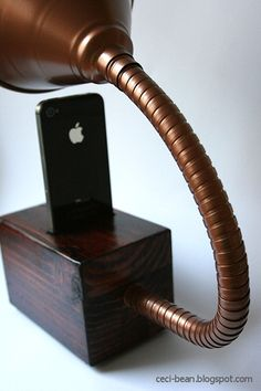 CeciBean: DIY Gramophone iPhone Speaker Wooden Speakers, Diy Speakers, Monitor Stand Diy, Small Projects Ideas, Wood Projects, Wood Ipad Stand, Cell Phone Hacks, Passive Speaker, Wooden Organizer