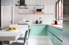 A cozinha foi o primeiro ambiente do apartamento a ser finalizado e se transformou no playground da moradora. O ponto de partida foi o estilo industrial.