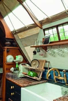 Inside a narrowboat& kitchen (Jim Batty) Narrowboat Kitchen, Narrowboat Interiors, Houseboat Decor, Houseboat Living, Canal Boat Interior, Barge Interior, Minions, Canal Barge, Living On A Boat