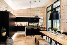 Black log home into a rural setting - Honka Modern Cabin Interior, Kitchen Interior, Kitchen Design, Cabin Homes, Log Homes, Log Home Kitchens, Modern Log Cabins, Casa Loft, Log Home Interiors