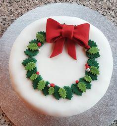 Christmas Cake Christmas Cake Designs, Christmas Cake Topper, Christmas Cake Decorations, Holiday Cakes, Xmas Cakes, Christmas Reef, Christmas Sweets, Christmas Baking, Christmas Cookies