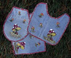 Jogo de banheiro confeccionado em jeans e tecido de algodão nos babados e no forro.Pintura feita à mão.  Colabore você também com o meio ambiente, adquirindo este lindo jogo, feito com reaproveitamento de jeans de calças usadas.    Os tamanhos destes tapetes são:  tapete retangular 50 X 40  tapet...