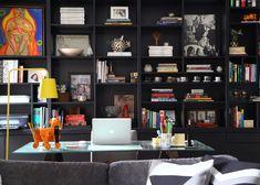 A estante preta destaca os objetos coloridos