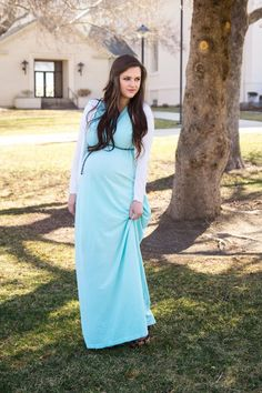 Maternity style: mint maxi dress + white cardigan Cute look for spring