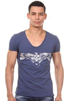 T-Shirt V-Ausschnitt slim fit    Das lässige T-Shirt von CATCH ist mit dem coolen Motiv auf der Vorderseite ein stylischer Hingucker. Aus reiner Baumwolle gefertigt, fühlt sich das Shirt superbequem an. Der praktische V-Ausschnitt betont zudem den angesagten Look. In Kombination mit lässiger Jeans oder Shorts wird es zu einem coolen Outfit.    - lässiges T-Shirt von CATCH  - Print auf der Vorde...