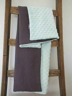 Heerlijk zachte wiegdeken van grijze wafelstof en mintgroene minky stof. Afmeting 70x100 cm. Handmade with love♡ noezhandmade@gmail.com www.facebook.com/noezhandmade
